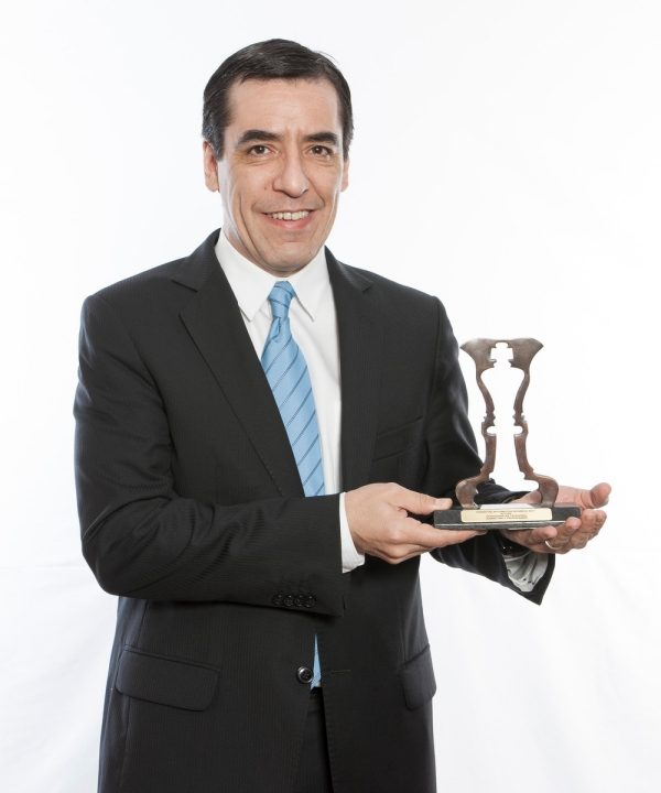 "Humberto Gómez (Diretor de Marketing da Nissan do Brasil) recebe troféu da categoria ""Marketing e Propaganda"""