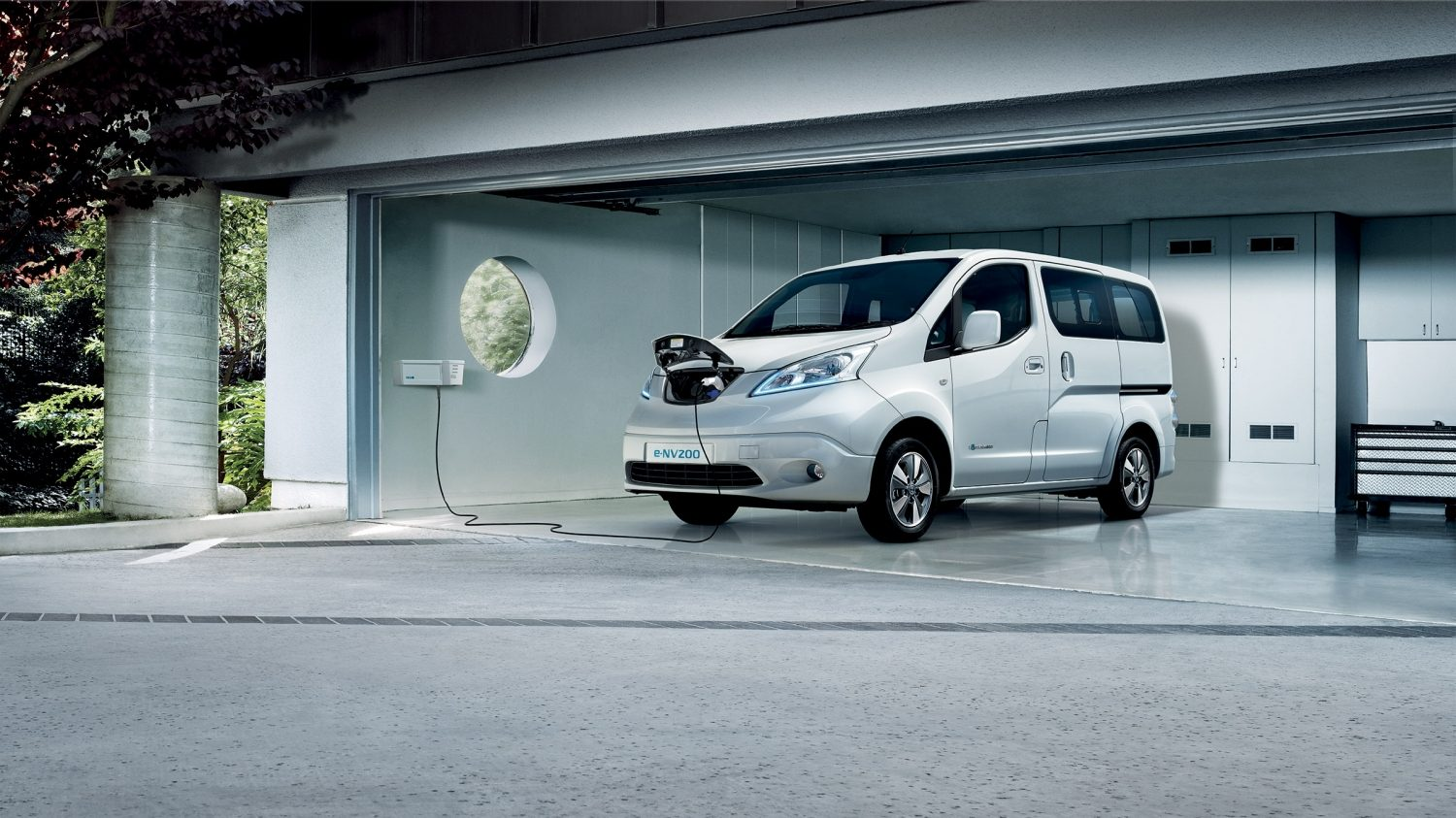 Nissan e-NV200 Evalia - Charging in a garage