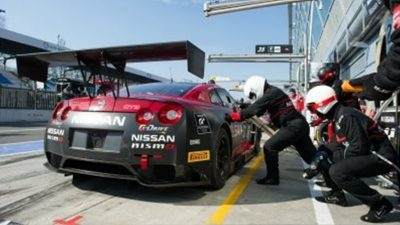 GT-R racing pit stop