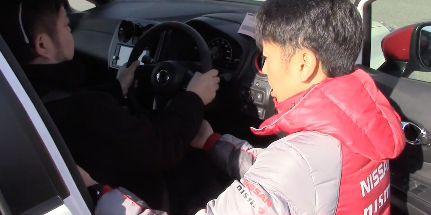 NISMO Driving Academy instructor con estudiante
