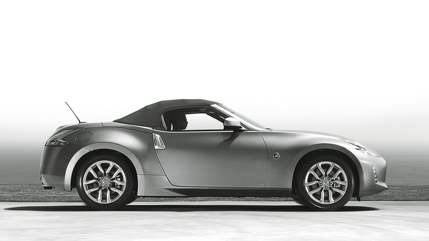 NISSAN 370Z ROADSTER – photo N&B – Vue de profil capote fermée