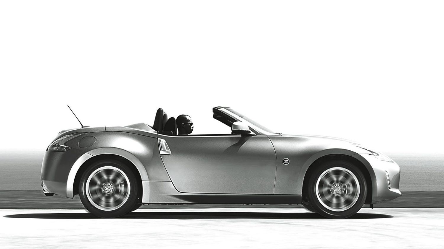 NISSAN 370Z ROADSTER – photo N&B – Vue de profil capote ouverte
