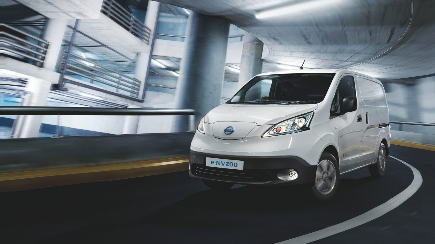 NISSAN e-NV200 WEISS – Vista frontale in curva