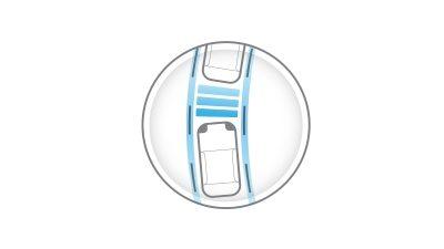 Ny Nissan LEAF vist fra bagkanten af hjulet, kørende på en motorvej