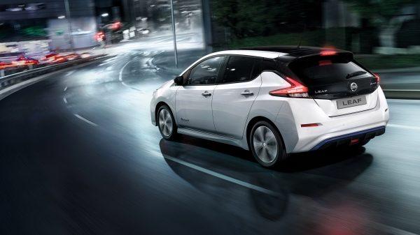 Nouvelle Nissan LEAF circulant en ville de nuit