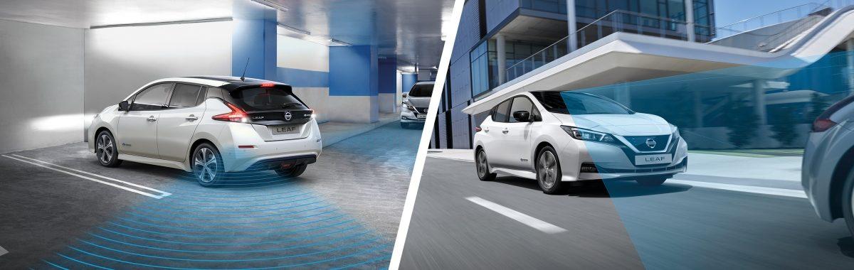 Ny Nissan LEAF forlader en parkeringsplads, og ny Nissan LEAF kører i byområde