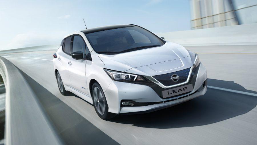 Nieuwe Nissan LEAF rijdt op de snelweg
