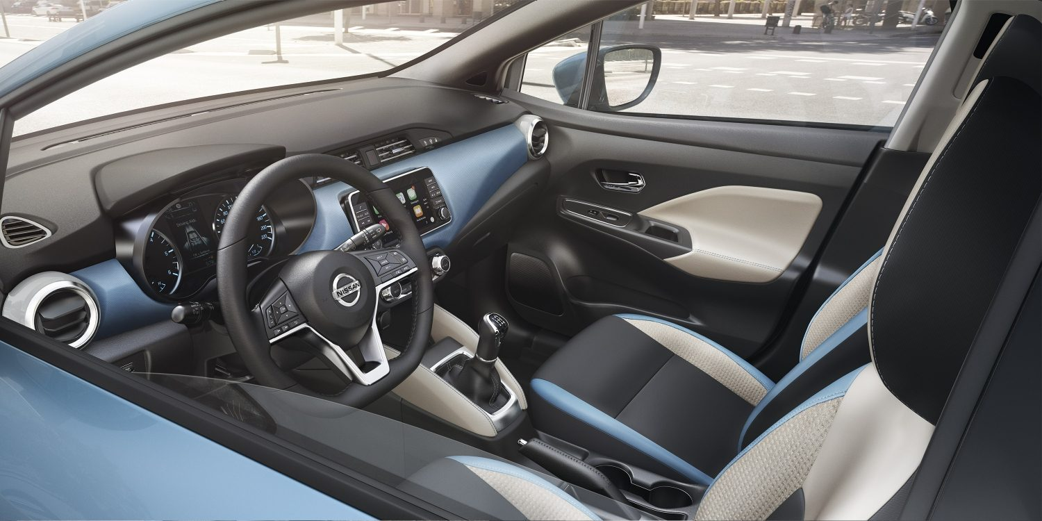 Nissan MICRA - Interieur in Power Blue door het raam