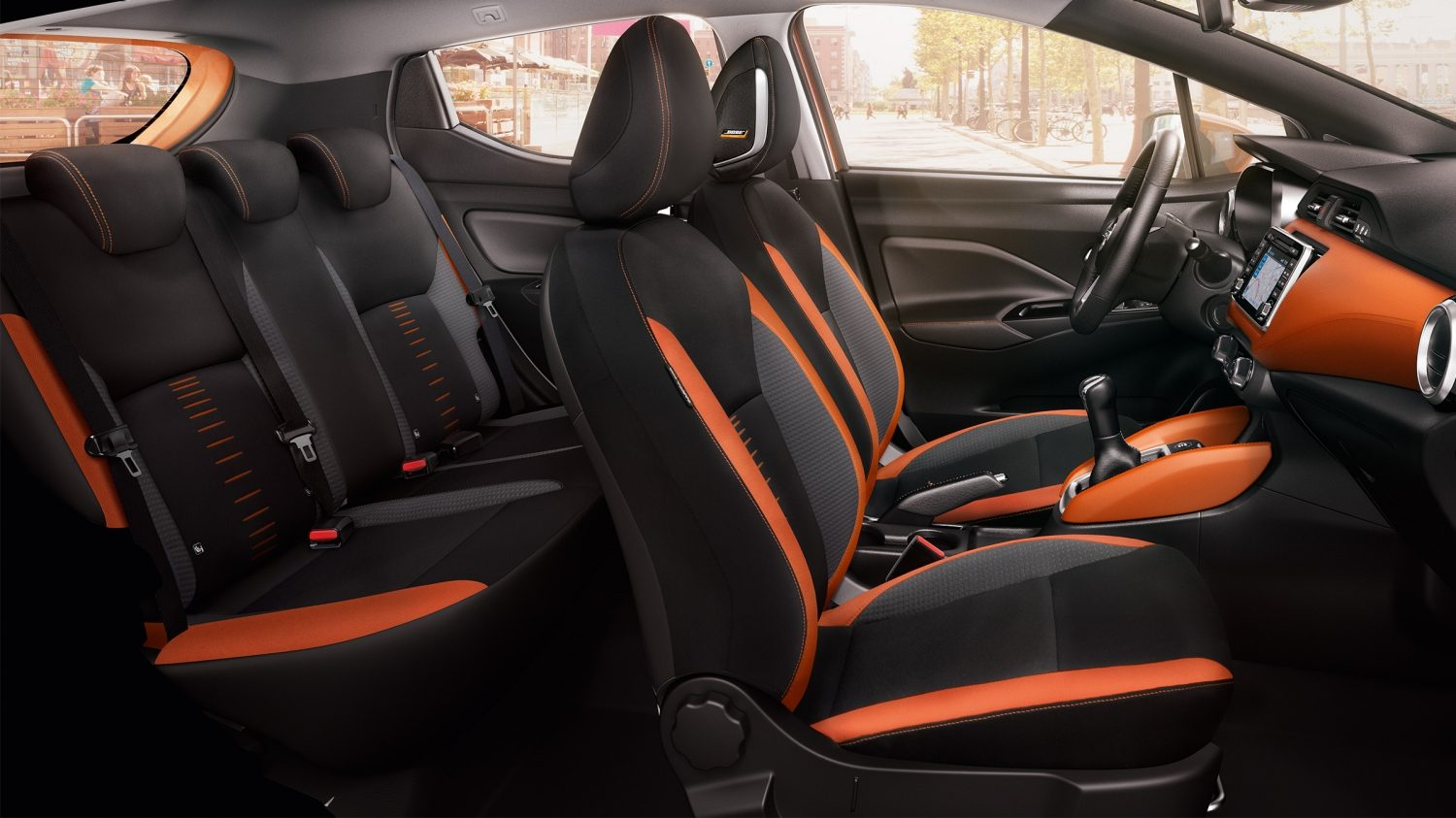 Nissan MICRA: vista amplio del interior en color Energy Orange