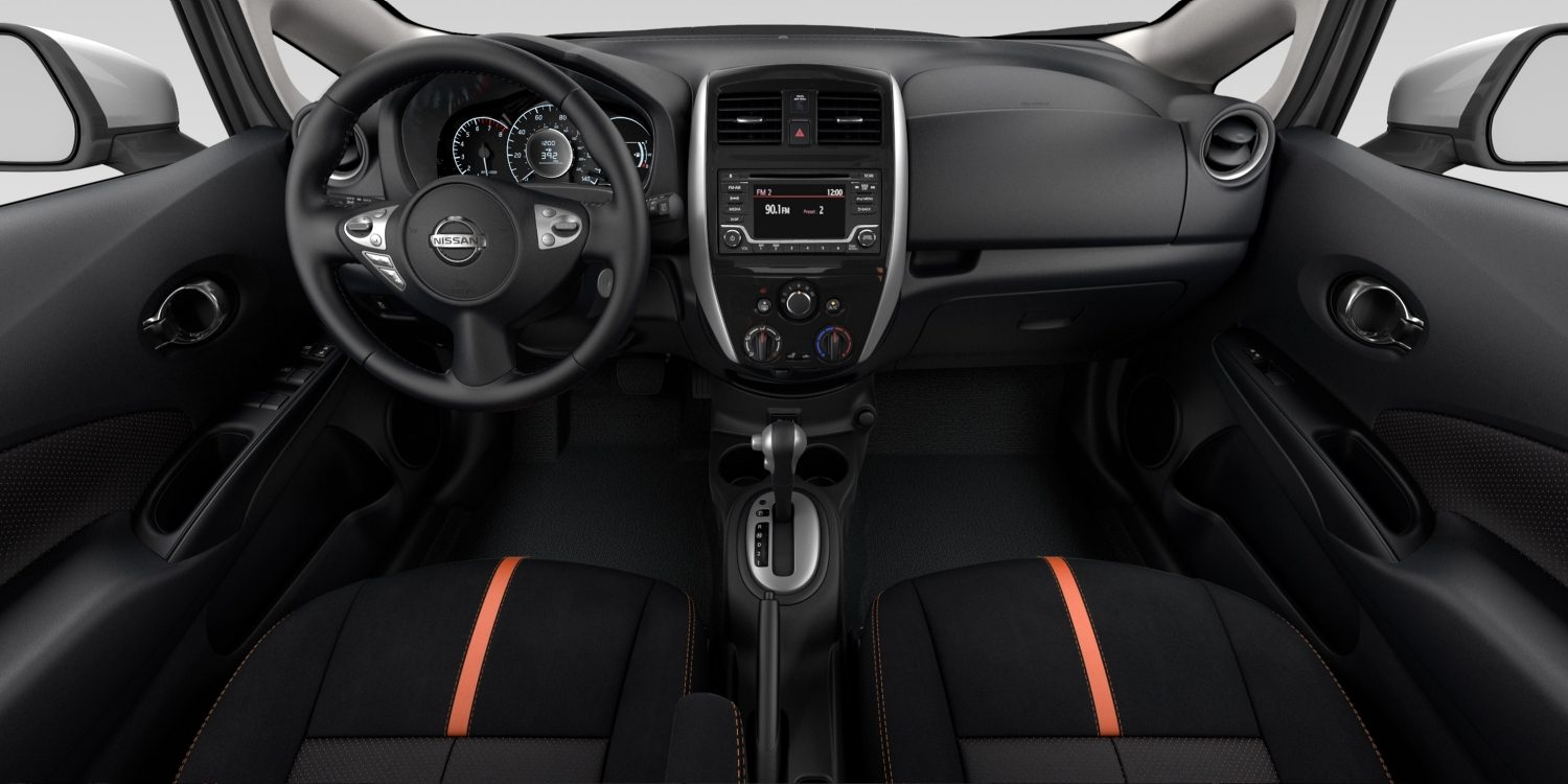 Interior de Nissan Versa Note en tela de color Charcoal - SR