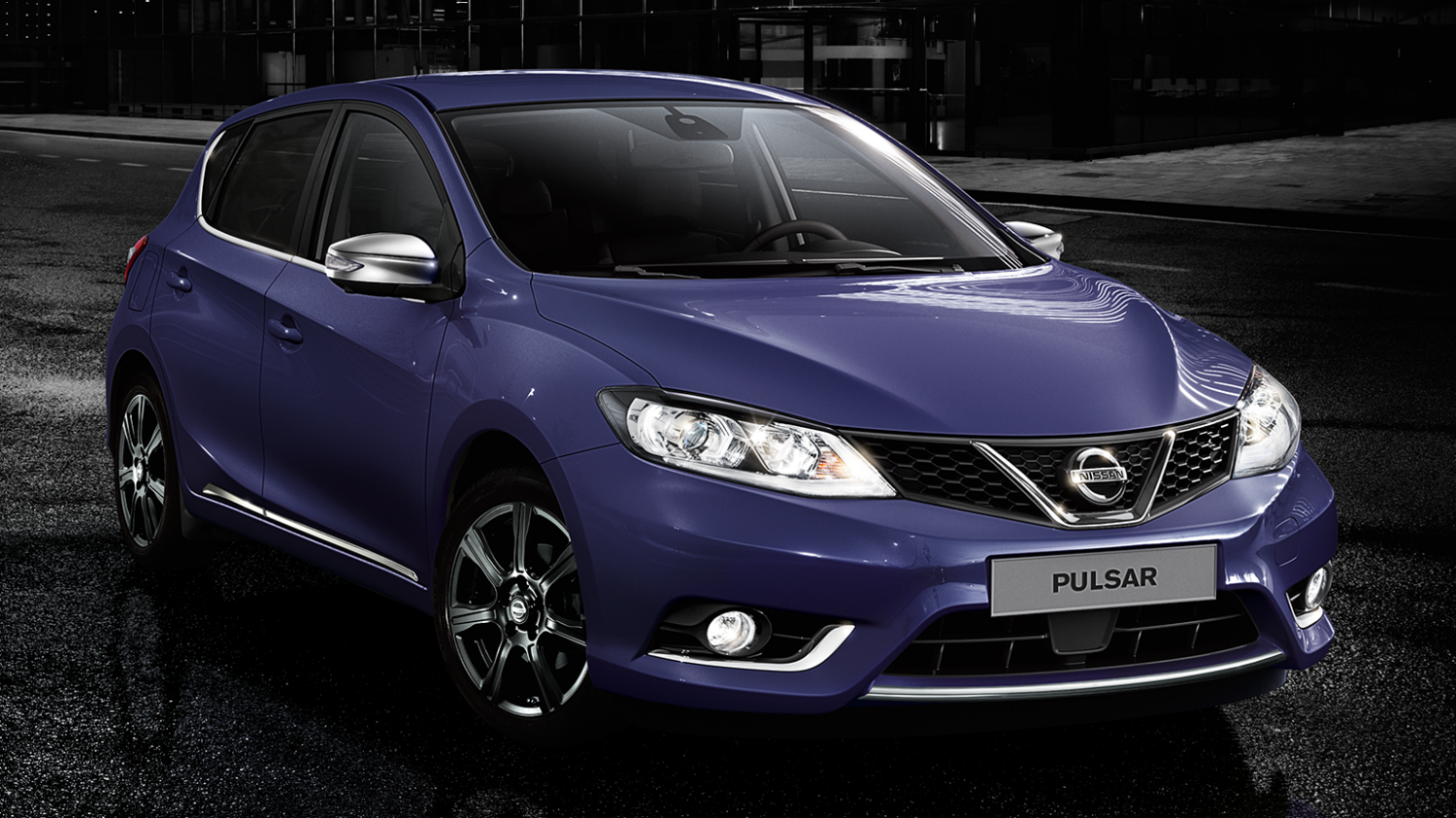 Nissan Pulsar blue - Sporty and stylish chrome highlights and lamp clusters