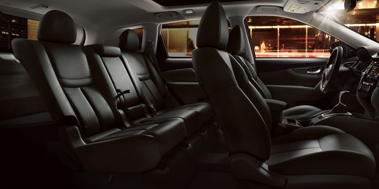 Interior de Nissan Rogue® SL con asientos en piel color charcoal.