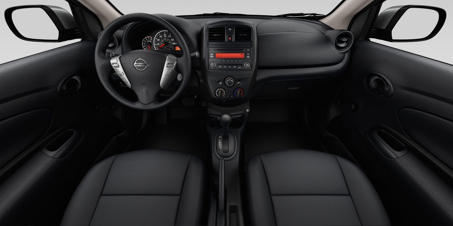 Interior del Nissan Versa Sedan en tela de color Charcoal - S Plus