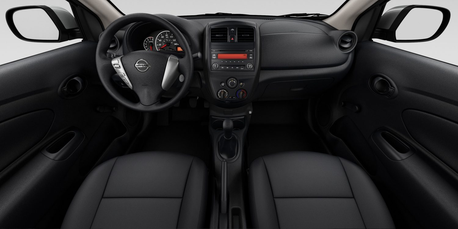 Interior de Nissan Versa Sedan en tela de color Charcoal - S