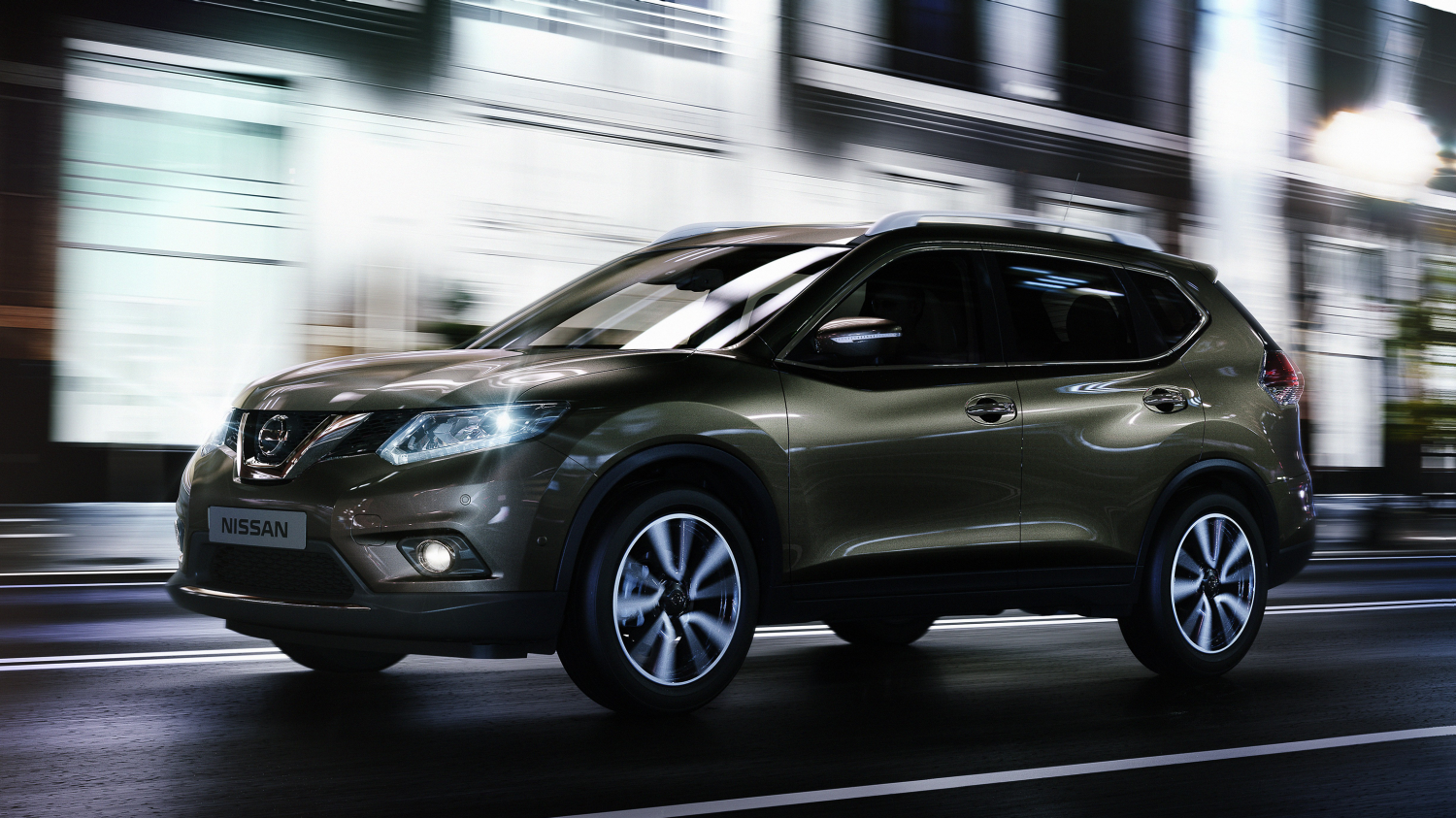 Nissan X-Trail Titanium olive - Profile view driving in city