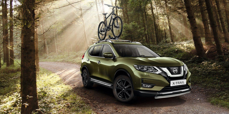 Nissan X-TRAIL в лесу с держателем для велосипеда на крыше