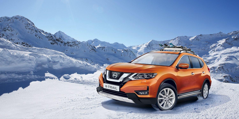 Nissan X-TRAIL, оснащенный комплектом аксессуаров для кроссовера, на снегу