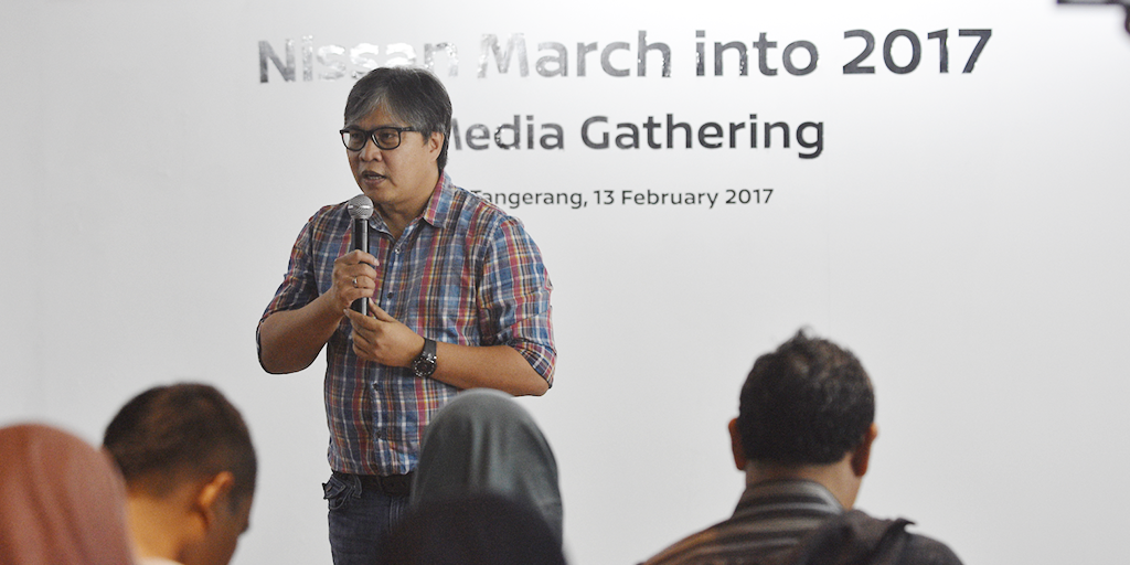 NMI 1 - Vice President Marketing and Sales NMI Davy J. Tuilan saat membuka acara Nissan Marches into 2017 di Showroom Dealer Nissan-Datsun Alam Sutera.