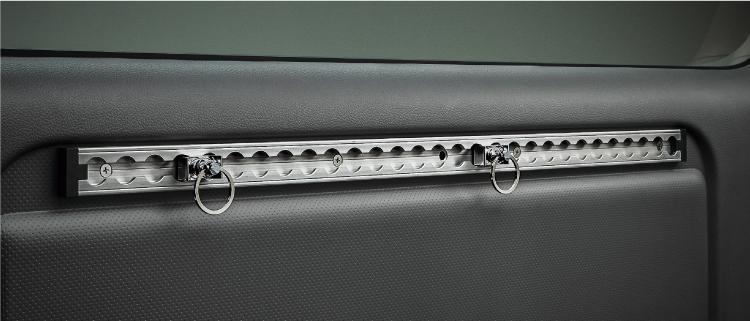 ウエスト部ナットにラゲッジレール(ディーラーオプション)を装着した場合。 1セット:レール1本+フック2個