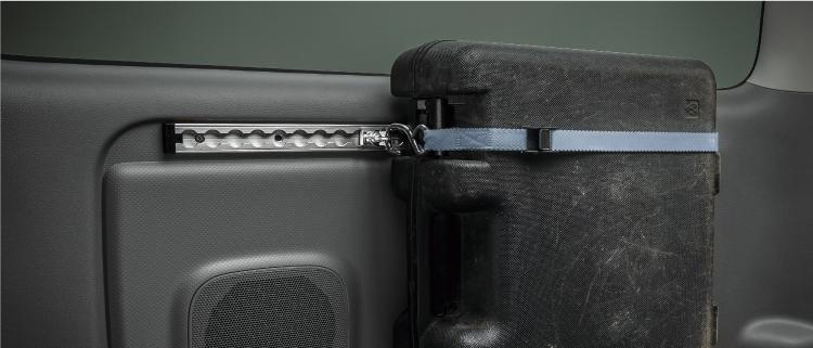 不安定なボックス類などもベルトで固定が可能に。
