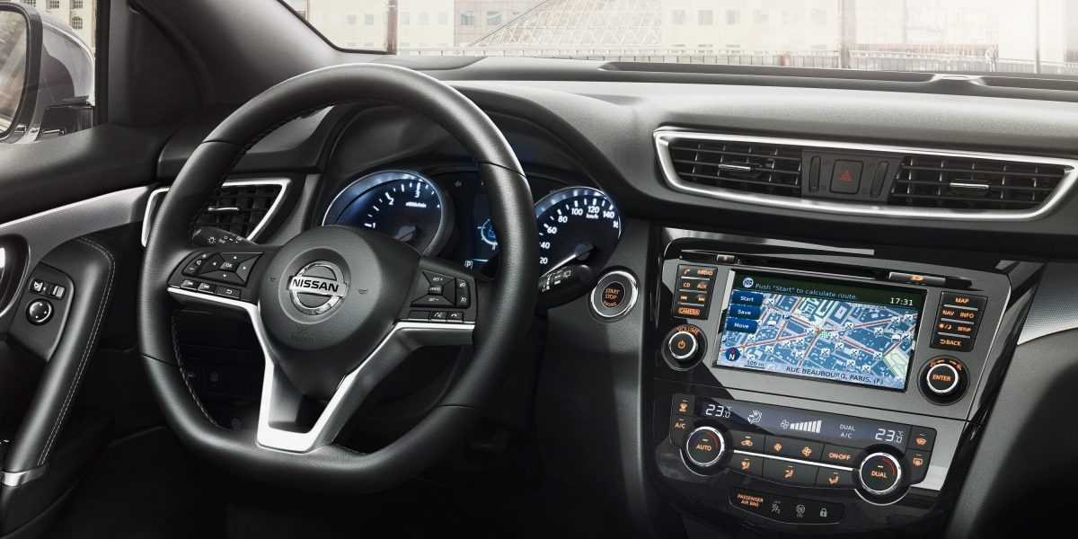 Budite samouvereni u vozački naklonjenoj kabini novog Nissan Qashqaia sa kvalitetnim detaljima kao što su volan u obliku slova D i novo ambijentalno osvetljenje.