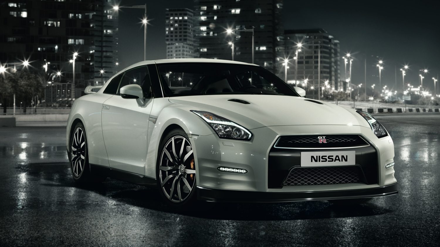 Nissan GT-R white - Front of car parked at night