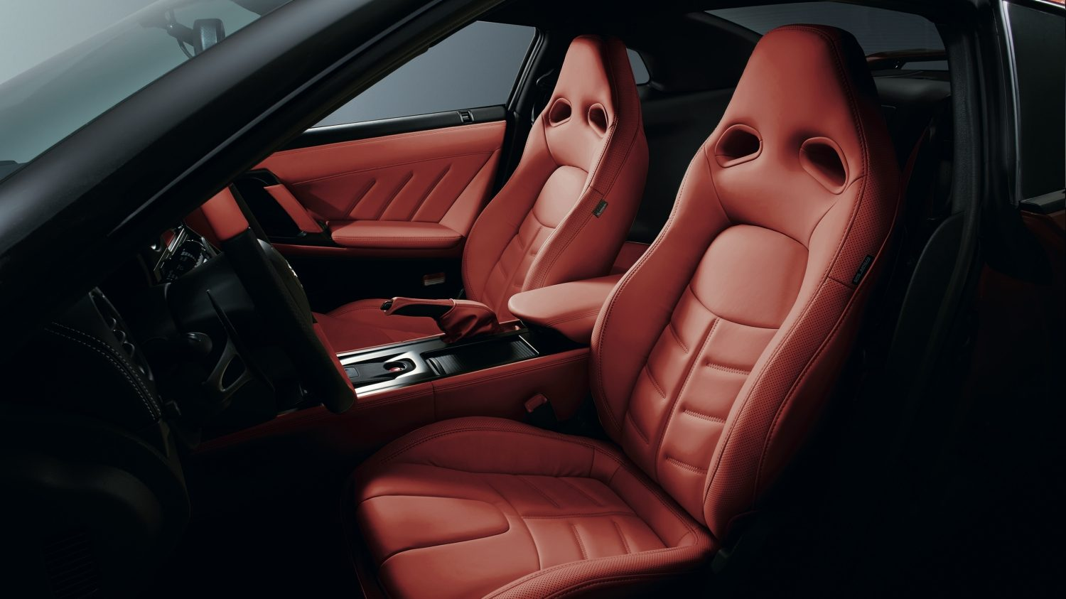 Nissan GT-R - Side view of front seats