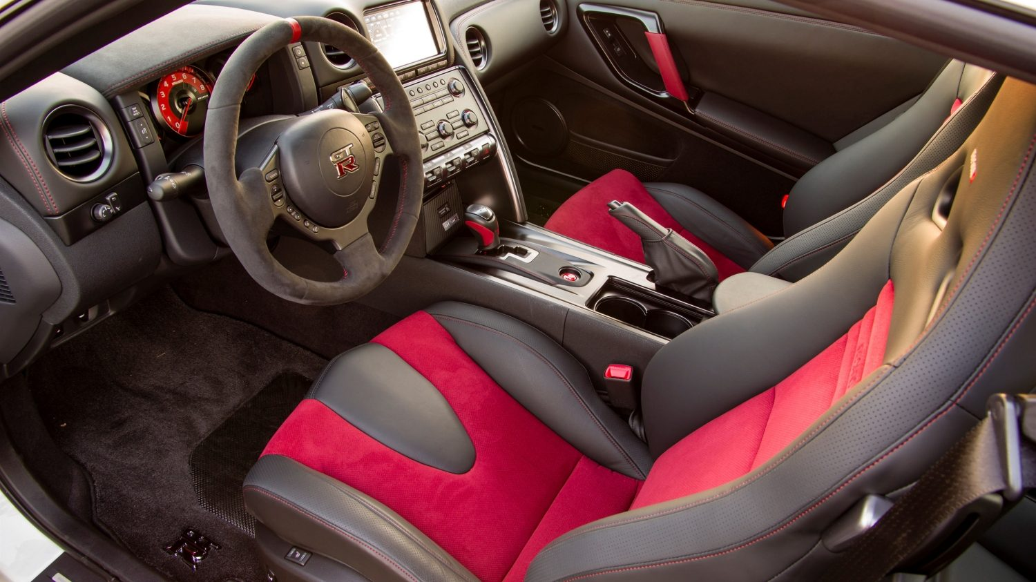 Nissan GT-R NISMO - Side interior view - Recaro seats