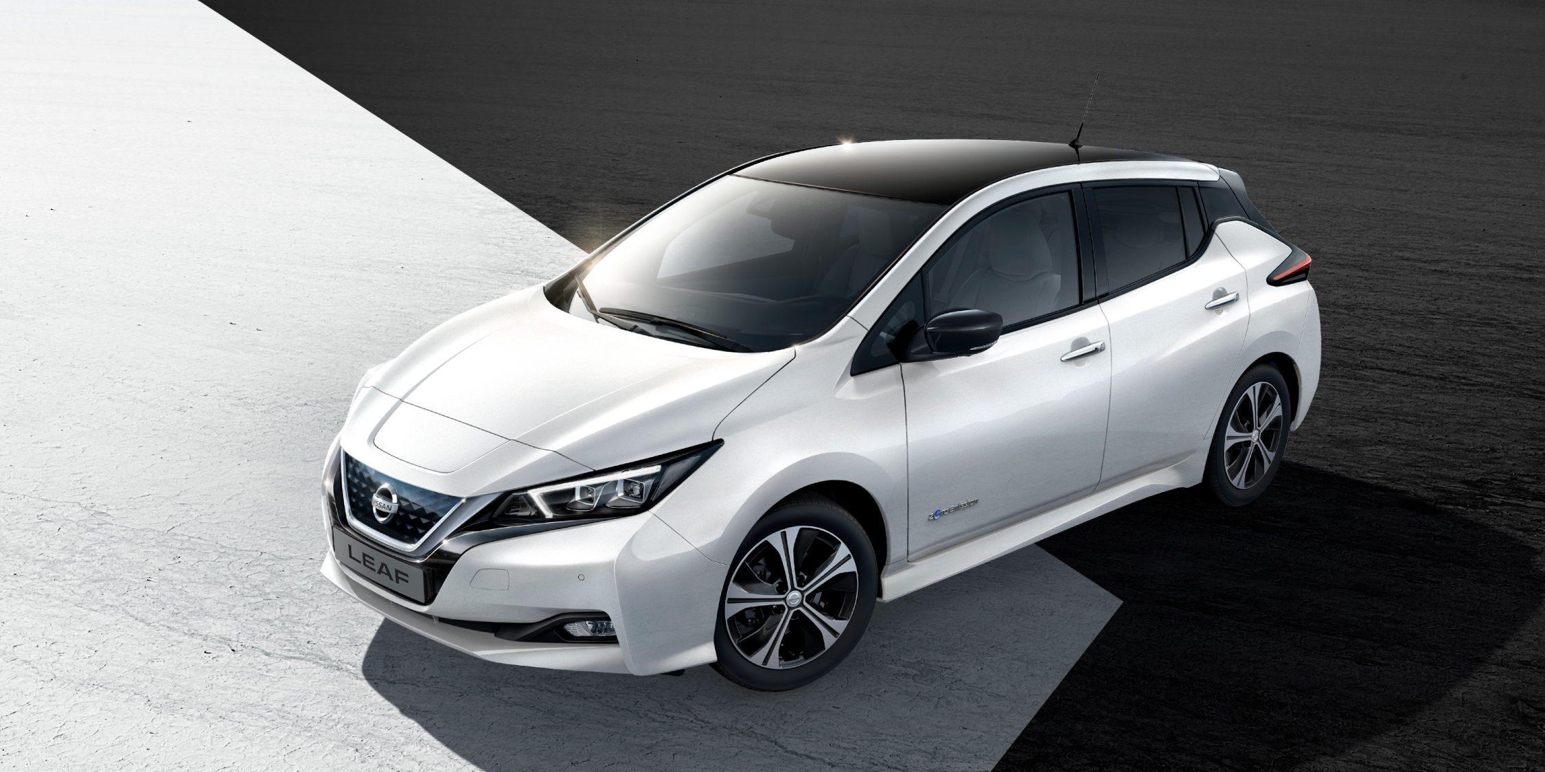 De nieuwe Nissan LEAF geparkeerd met lichten aan en zwarte en witte graphics eronder