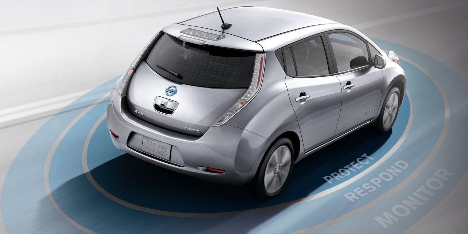 Nissan LEAF - Vista posteriore 3/4 del veicolo in movimento con grafica Safety Shield