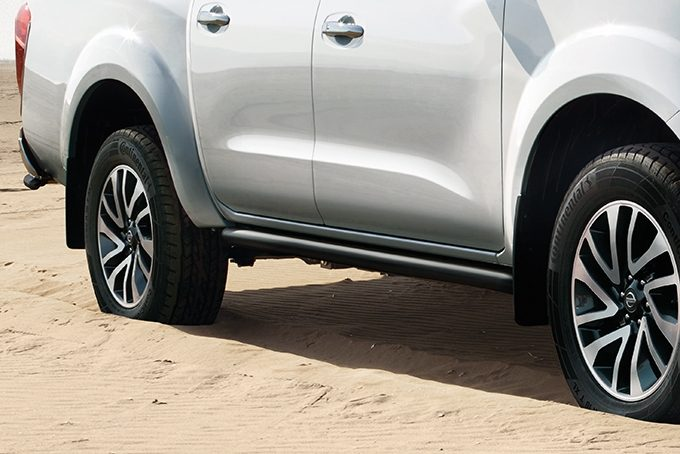 Nissan NP300 Navara Double Cab - Side styling bars - Black