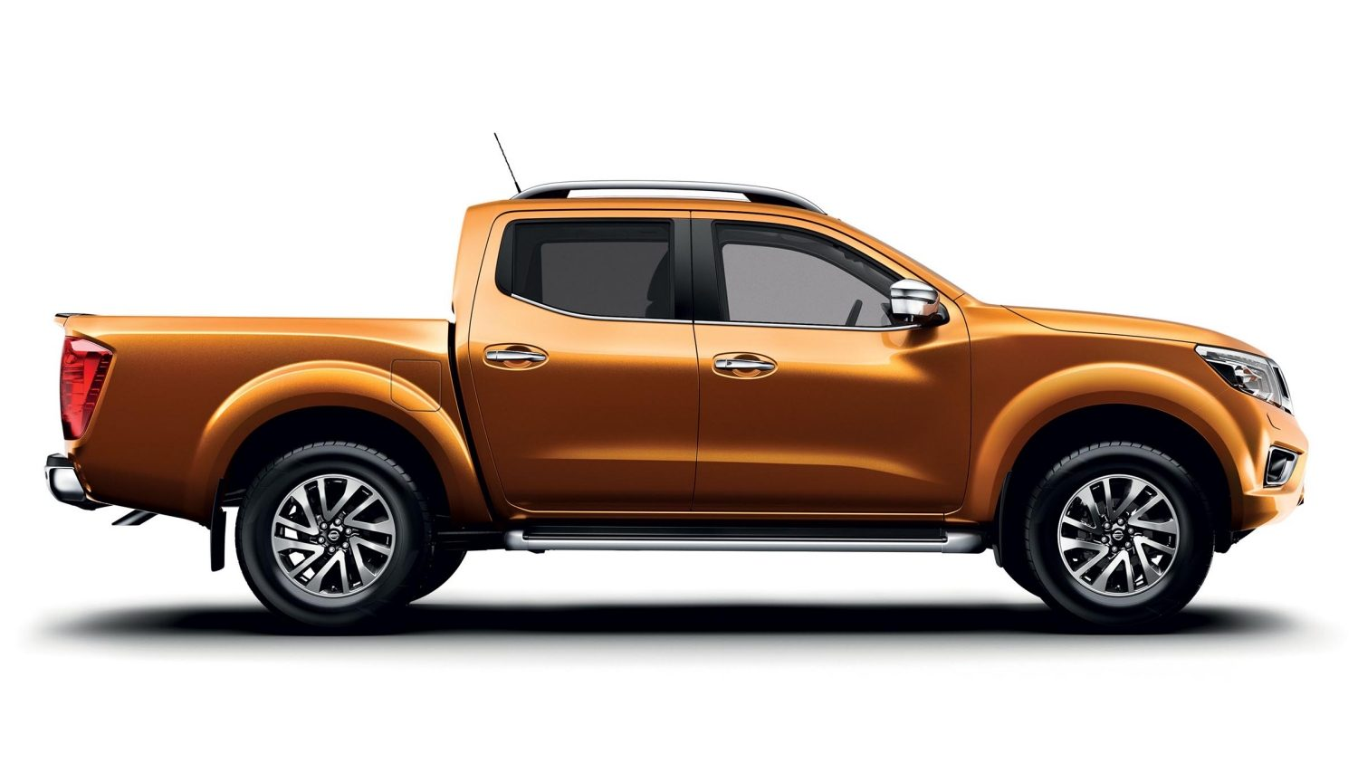 Pick up Nissan NAVARA Earth Bronze - Vista estática frontal 3/4 numa sala branca