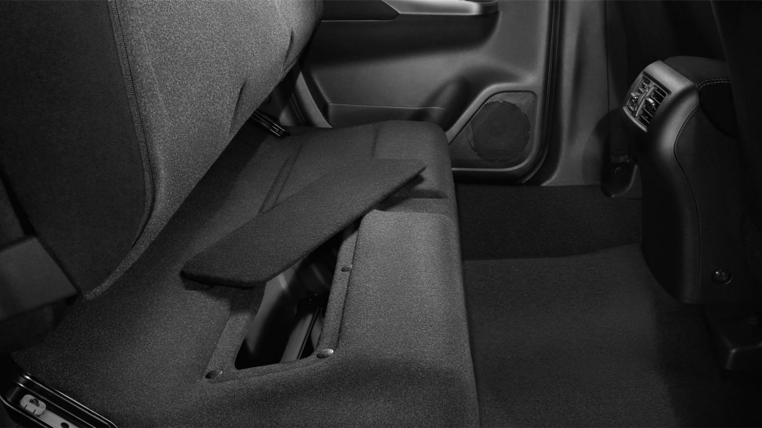 Nissan Navara - Rear storage compartment