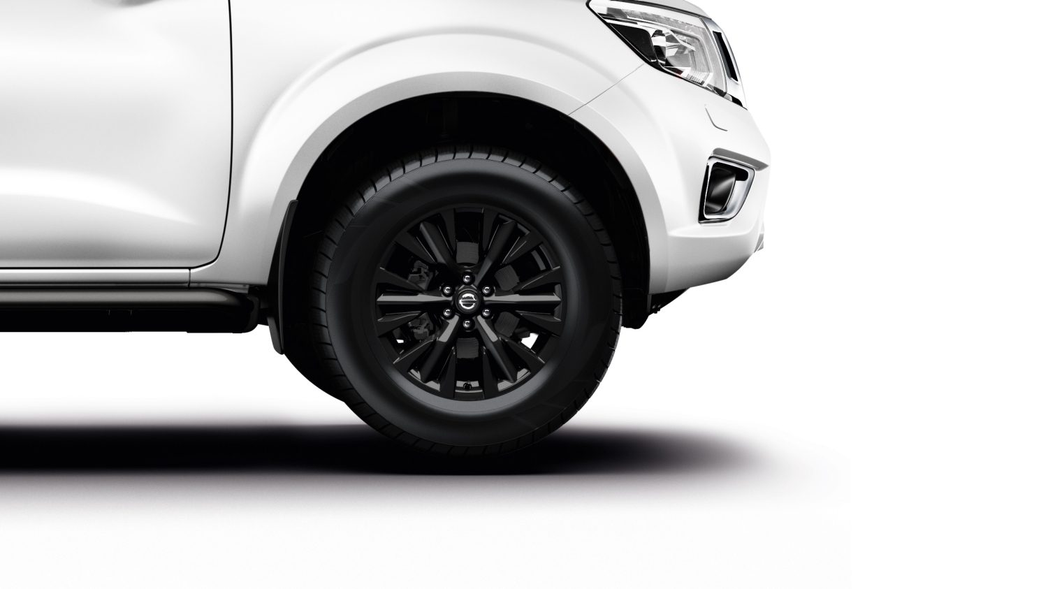 "Navara Trek-1° 18"" black alloys"