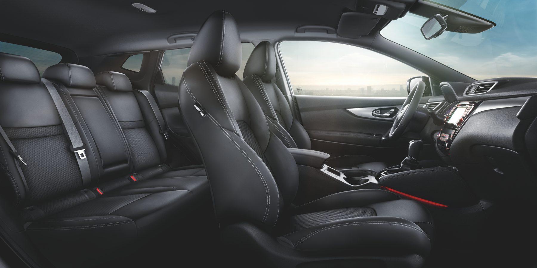 Nissan QASHQAI, салон крупным планом — сиденья в единообразном стиле с частичной отделкой из кожи и из черной ткани