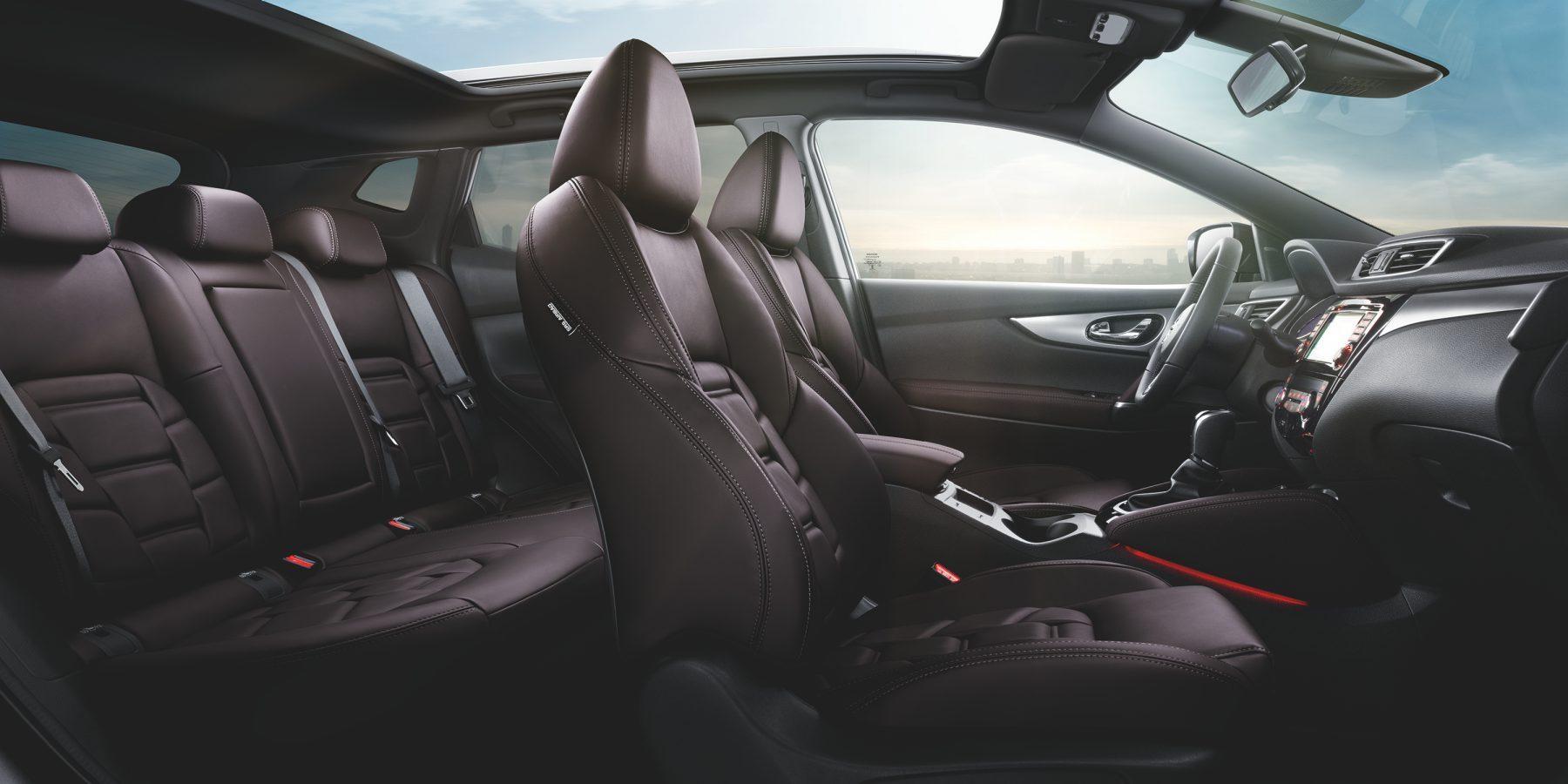 Nissan QASHQAI, салон крупным планом — сиденья в едином стиле с отделкой из дубленой кожи сливового оттенка премиум-класса
