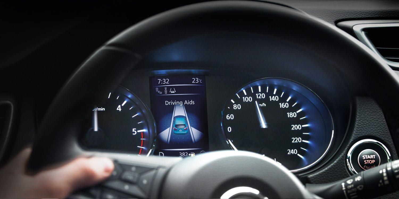 Вид на приборную панель Nissan QASHQAI через рулевое колесо