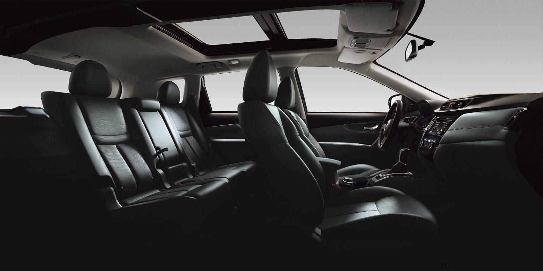 Nissan X-TRAIL, интерьер крупным планом— черная кожа