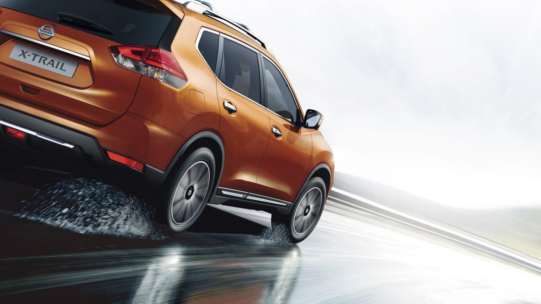Nissan X-TRAIL 2017 в движении по мокрой дороге