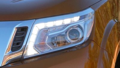 Frontier close-up faros delanteros con LED encendidos