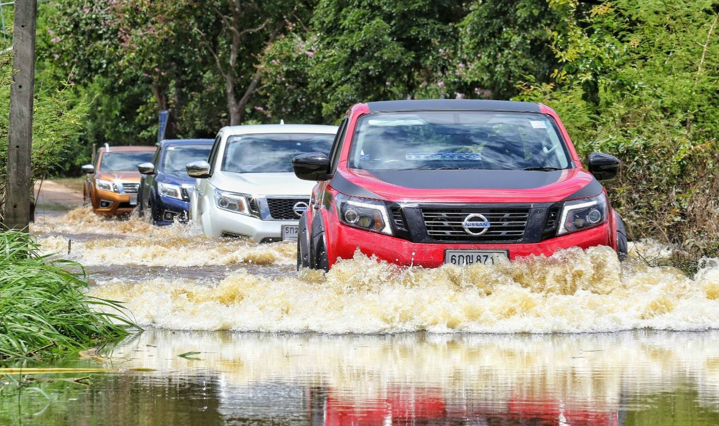 The Nissan Motor Thailand team, led by Mr. Chayapak Laisuwan, General Manager, Product Communications, and members of the media drove Nissan Navara pickups, including the Black Edition and Sportech Edition, all heavily packed with water and donated items.